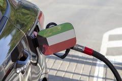 Flaga Kuwejt na samochodowym ` s paliwa napełniacza łopocie fotografia royalty free