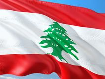 Flaga Liban falowanie w wiatrze przeciw g??bokiemu niebieskiemu niebu Wysokiej jako?ci tkanina obrazy royalty free