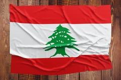 Flaga Liban na drewnianym stołowym tle Marszczący libańczyk flagi odgórny widok obraz stock