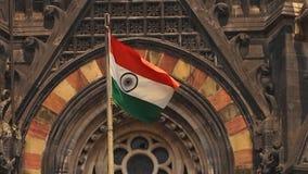 Flaga macha przed starą religijną świątynią zbiory wideo