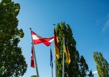 Flaga macha w wiatrze blisko jeziornego Bodensee w Niemcy lub Constance zdjęcie royalty free