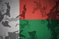 flaga Madagascar na khakiej teksturze opancerzenia napadu ciała zakończenia pojęcia flaga zieleni m4a1 militarny karabinu s strza Obrazy Stock