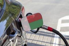 Flaga Madagascar na samochodowym ` s paliwa napełniacza łopocie zdjęcie royalty free