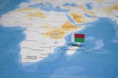 Flaga Madagascar w światowej mapie zdjęcie stock