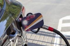 Flaga Marshall wyspy na samochodowym ` s paliwa napełniacza łopocie zdjęcie stock