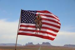 Flaga Miejscowi Navajo indianie przeciw tłu Ðœonument Dolinnego Navajo Plemienny park arizonan zdjęcie royalty free