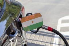 Flaga Niger na samochodowym ` s paliwa napełniacza łopocie obrazy stock