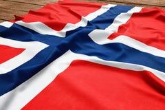 Flaga Norwegia na drewnianym biurka tle Jedwabniczej norweg flagi odg?rny widok zdjęcie royalty free
