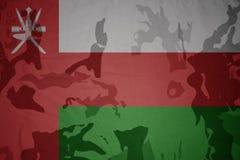 flaga Oman na khakiej teksturze opancerzenia napadu ciała zakończenia pojęcia flaga zieleni m4a1 militarny karabinu s strzału lam Obrazy Stock