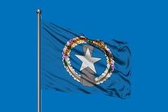 Flaga Północne Mariana wyspy macha w wiatrze przeciw głębokiemu niebieskiemu niebu obrazy royalty free