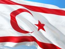Flaga P??nocny Cypr falowanie w wiatrze przeciw g??bokiemu niebieskiemu niebu Wysokiej jako?ci tkanina zdjęcia stock