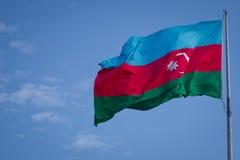 Flaga państowowa Azerbejdżan na tle niebieskie niebo Azerbejdżan zaznacza falowanie w wiatrze przeciw chmurnemu niebu Tkaniny tex zdjęcia stock