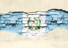 Flaga państowowa Gwatemala na ceglanym tle Ściana z cegieł z stronniczo zniszczonym tynkiem, tłem lub teksturą, zdjęcia royalty free