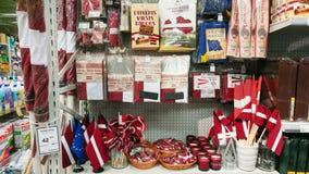 Flaga państowowa Latvia, inni krajowi symbole i pamiątki na półce sklepowej, Ryski, Latvia, Luty 9, 2017 Fotografia Stock