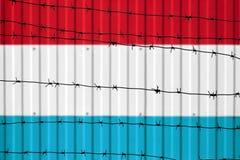 Flaga państowowa Luksemburg na ogrodzeniu zdjęcia stock
