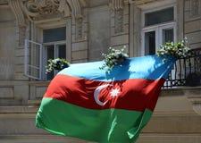 Flaga państowowa republika Azerbejdżan wysyła na balkonie budynek na zdjęcia royalty free