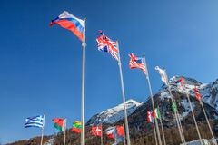 Flaga państowowa Rosja, usa, Grecja i inna fala w wiatrze na śnieżnym tle, UK, góry niebieskiego nieba i szczytu obrazy stock