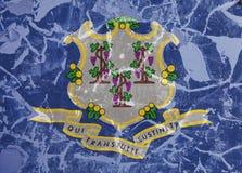 Flaga państowowa stan usa Connecticut wewnątrz przeciw szarej ścianie z pęknięciami i usterkami w dzień niezależności w błękicie  zdjęcie royalty free
