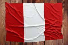 Flaga Peru na drewnianym sto?owym tle Marszcz?cy Peruwia?ski chor?gwiany odg?rny widok obraz royalty free