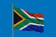 Flaga Południowa Afryka falowanie w wiatrze przeciw głębokiemu niebieskiemu niebu na po?udnie od afrykan?w bandery obrazy royalty free