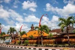 Flaga przy ulicami Bali przed świętowaniem na Indonezyjskim dniu niepodległości bali Indonesia obraz stock