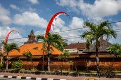 Flaga przy ulicami Bali przed świętowaniem na Indonezyjskim dniu niepodległości bali Indonesia fotografia stock