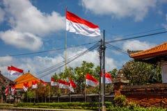 Flaga przy ulicami Bali przed świętowaniem na Indonezyjskim dniu niepodległości bali Indonesia obrazy stock
