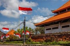 Flaga przy ulicami Bali przed świętowaniem na Indonezyjskim dniu niepodległości bali Indonesia zdjęcia royalty free