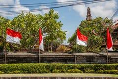Flaga przy ulicami Bali przed świętowaniem na Indonezyjskim dniu niepodległości bali Indonesia zdjęcie stock