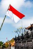 Flaga przy ulicami Bali przed świętowaniem na Indonezyjskim dniu niepodległości bali Indonesia zdjęcia stock