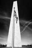 Flaga przy Waszyngtońskim zabytkiem Zdjęcie Royalty Free
