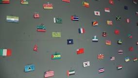Flaga różni kraje rysujący na ścianie Różne chorągwiane ikony kraje jednoczyli na ścianie klamerka fotografia royalty free