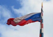 Flaga republika czech przeciw niebieskiemu niebu obrazy royalty free