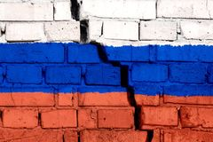 Flaga Rosja na ścianie z cegieł z dużym pęknięciem w środku Zniszczenia i separatyzmu pojęcie zdjęcia royalty free