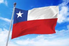 Flaga rozwija przeciw jasnemu niebieskiemu niebu Chile Obraz Royalty Free