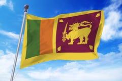 Flaga rozwija przeciw jasnemu niebieskiemu niebu Sri Lanka Obrazy Royalty Free