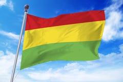 Flaga rozwija przeciw niebieskiemu niebu Boliwia Zdjęcia Stock