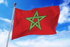 Flaga rozwija przeciw niebieskiemu niebu Maroko Fotografia Royalty Free