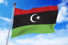 Flaga rozwija przeciw niebieskiemu niebu Nowy Libia Fotografia Stock