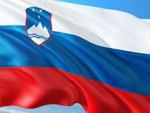 Flaga Slovenia falowanie w wiatrze przeciw g??bokiemu niebieskiemu niebu Wysokiej jako?ci tkanina fotografia stock