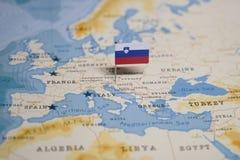 Flaga Slovenia w światowej mapie zdjęcie stock