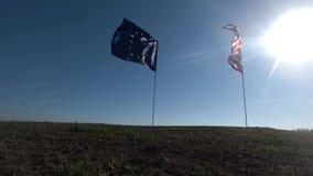 Flaga Stany Zjednoczone Ameryka i Europejski zjednoczenie macha wpólnie na wiatrze Reala strzał w krajobrazie zdjęcie wideo