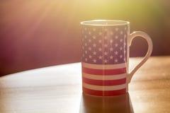Flaga Stany Zjednoczone Ameryka na kubka zakończeniu up z słońcem Obrazy Royalty Free