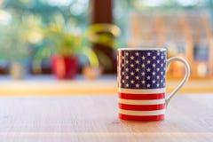 Flaga Stany Zjednoczone Ameryka na kubka zakończeniu up i blurr Zdjęcia Stock