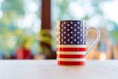 Flaga Stany Zjednoczone Ameryka na kubka zakończeniu up i blurr Obrazy Stock