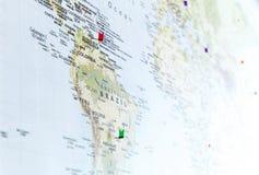 Flaga szpilki na Światowej mapie z ostrością na Ameryka Południowa fotografia royalty free