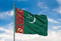 Flaga Turkmenistan falowanie w wiatrze przeciw białemu chmurnemu niebieskiemu niebu Turkme?ska flaga zdjęcia stock