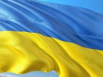 Flaga Ukraina falowanie w wiatrze przeciw g??bokiemu niebieskiemu niebu Wysokiej jako?ci tkanina fotografia royalty free