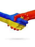 Flaga Ukraina, Porcelanowi kraje, partnerstwo przyjaźni uścisku dłoni pojęcie obrazy royalty free