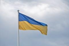 Flaga Ukraina trzepocze na wiatrze Fotografia Stock